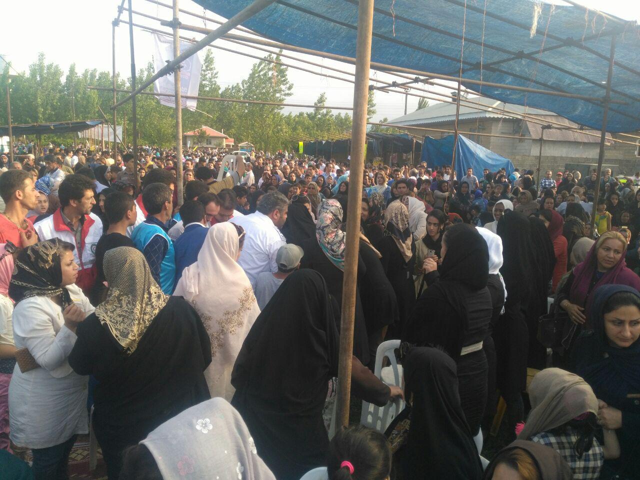 اختصاصی/سقوط داربست بر سر مردم حاضر در هفتمین جشنواره توت فرنگی صوفیانده